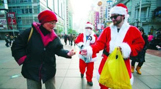 Foreigners Earn Up to 30,000 RMB Being Santa Claus